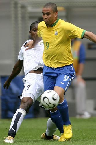 图文:巴西3-0加纳 罗纳尔多带球强行突破