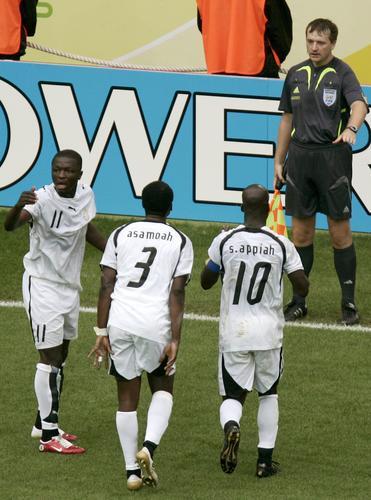 图文:巴西3-0加纳 加纳队员对边裁表示不满