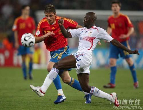 图文:西班牙1-3法国 西班牙队华金带球突破