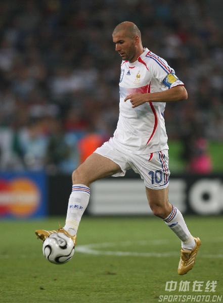 图文:西班牙1-3法国 法国队齐达内带球突破