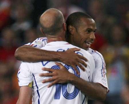 组图:西班牙1-3法国 齐达内与亨利庆祝