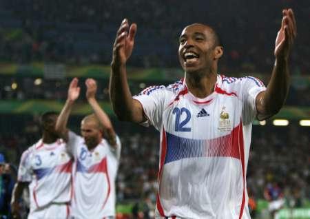 组图:西班牙1-3法国 亨利庆祝胜利