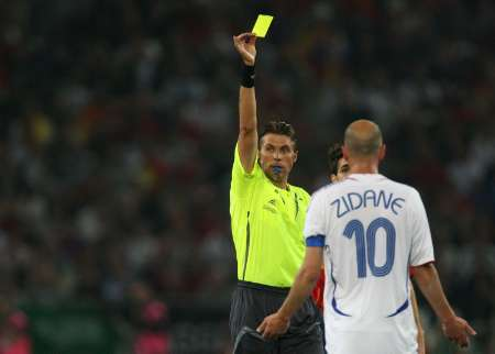 图文:西班牙1-3法国 齐达内被黄牌警告