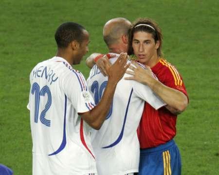图文:西班牙1-3法国 齐达内安慰对方队员