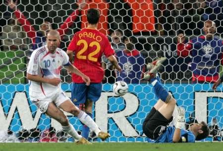 图文:西班牙1-3法国 齐达内破门成功