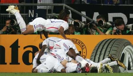组图:西班牙1-3法国 法国队员庆祝进球