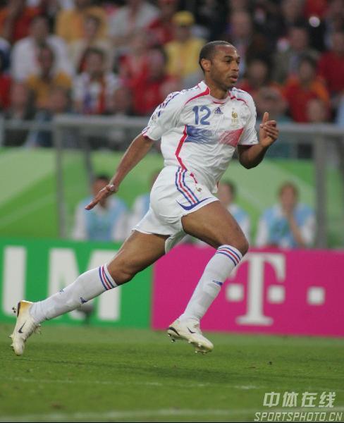 组图:西班牙1-3法国 法国队亨利带球突破