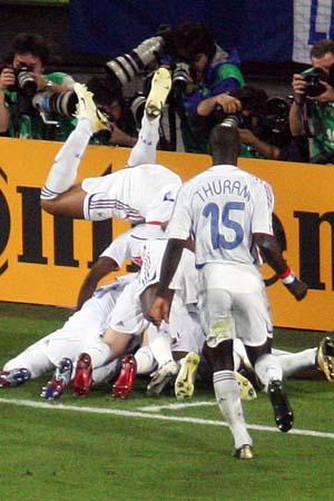 图文:西班牙1-3法国 法国队欢呼进球