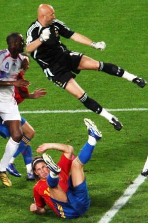 图文:西班牙1-3法国 法国队员的散打术