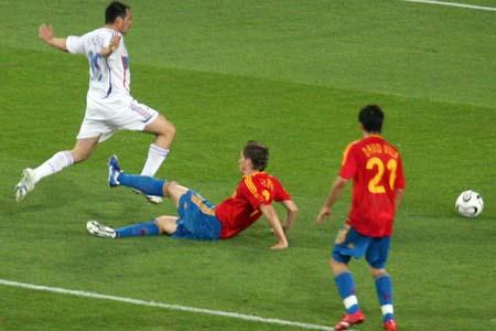 图文:西班牙1-3法国 假摔真相