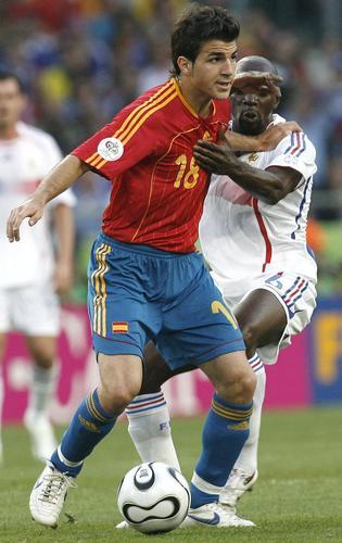 组图:西班牙1-3法国 比赛中双方激烈拼抢