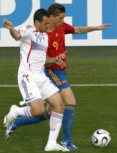 图文:西班牙1-3法国 比赛中双方激烈拼抢