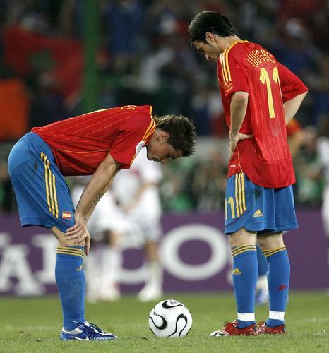 图文:西班牙1-3法国 赛后双方友好拥抱