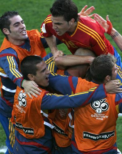 图文:西班牙1-3法国 双方赛后友情拥抱