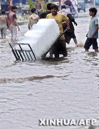 巴基斯坦拉合尔降大雨 持续多日高温缓解(组图)