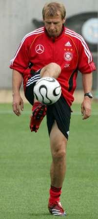 图文:世界杯1/4决赛前瞻 克林斯曼展示脚法