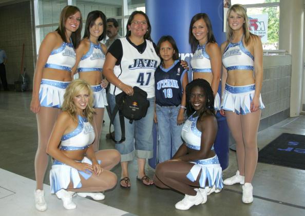 图文:2006NBA选秀 爵士母女球迷与拉拉队合影