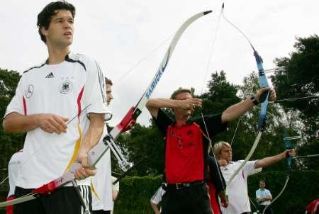 组图:直击德国队备战1/4决赛 队员们成弓箭手