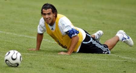 图文:阿根廷备战1/4决赛 特维斯训练中深思