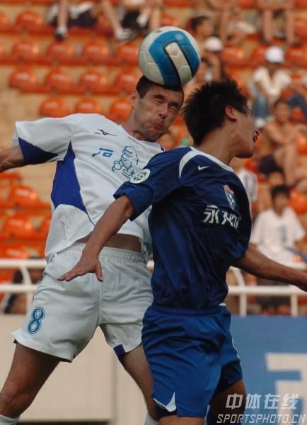 图文:西安国际3比0完胜厦门蓝狮 耶利奇争头球