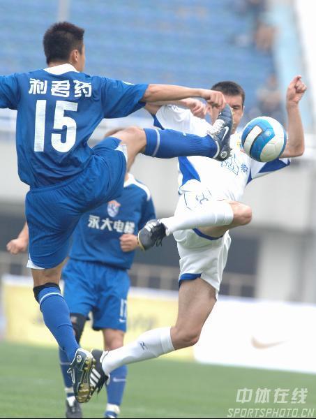图文:西安国际3比0完胜厦门蓝狮 队员拼抢激烈