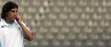 图文:阿根廷备战1/4决赛 克雷斯波正在打电话