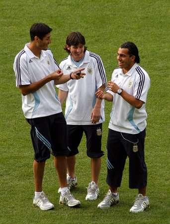 图文:阿根廷备战1/4决赛 梅西与队友谈笑风声