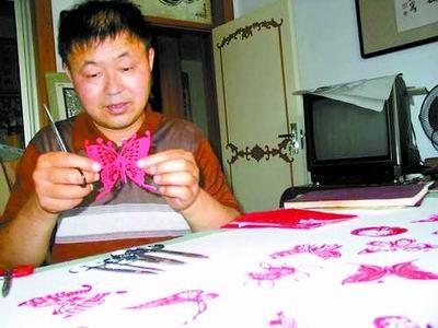 """""""神剪""""下万只蝴蝶""""舞蹁跹"""" 开封一民间剪纸艺术家剪出了1.4万余只栩栩如生、没有重样的蝴蝶"""