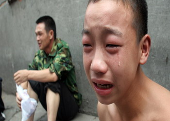 15岁童工受不了工作苛刻 公司门口哭讨押金(图)