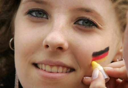 图文:德国VS阿根廷 德国MM赛前化妆