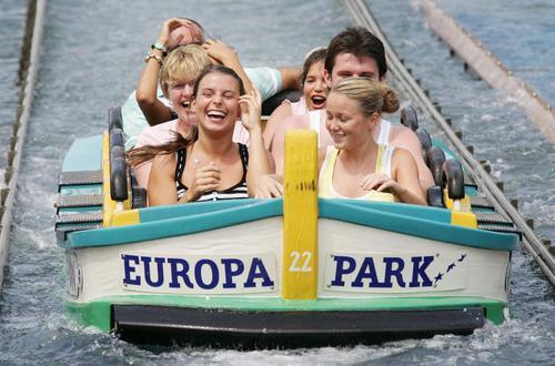 组图:英格兰太太团游乐园狂欢 快乐的水上生活