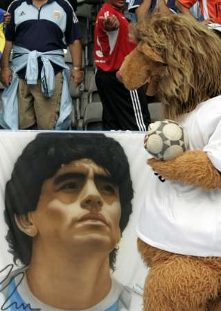 图文:德国VS阿根廷 马拉多纳头像巨型画布