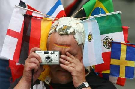 图文:德国VS阿根廷 疯狂球迷的举动