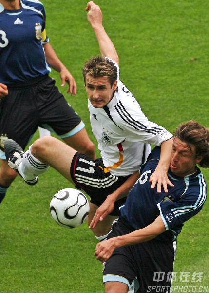 图文:德国VS阿根廷 德国队克劳泽拼抢头球