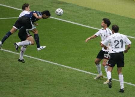 图文:德国VS阿根廷 阿亚拉头球破门