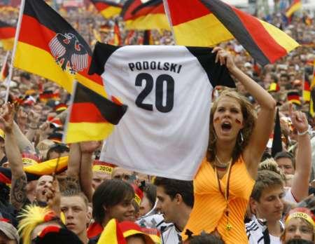 图文:德国VS阿根廷 美女球迷疯狂助威