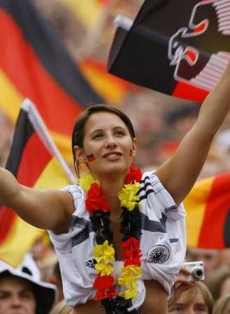 图文:德国VS阿根廷 女球迷热情高涨