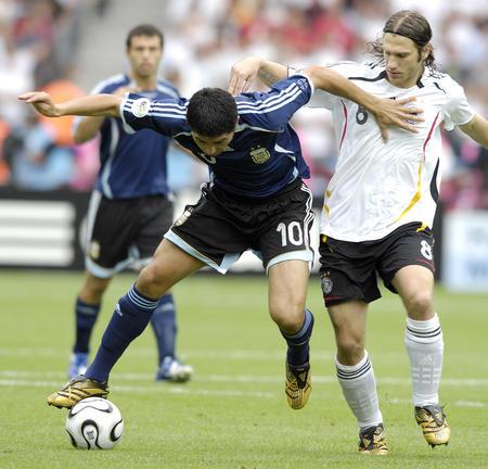 图文:德国VS阿根廷 里克尔梅拼抢弗林斯