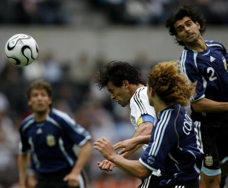 图文:德国VS阿根廷 巴拉克在比赛中头球攻门