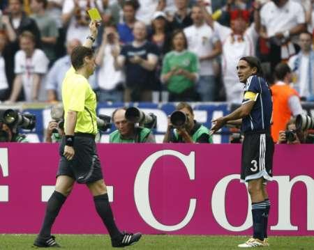 图文:德国VS阿根廷 索林被黄牌警告