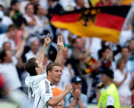 图文:德国VS阿根廷 克洛斯进球后与队友庆祝