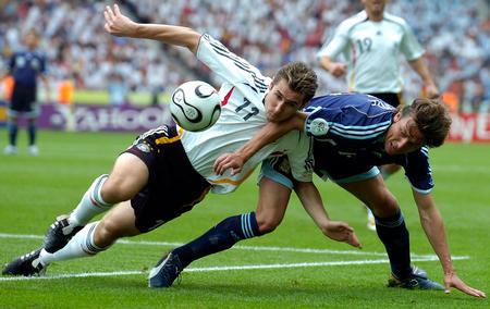 图文:德国5-3胜阿根廷 克洛斯拼抢海因策