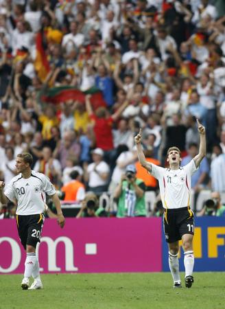 图文:德国5-3胜阿根廷 克洛泽庆祝比赛获胜