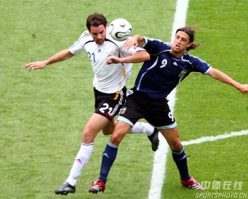 图文:德国5-3阿根廷 克雷斯波争顶头球