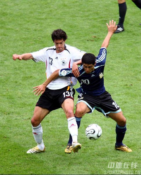 图文:德国5-3阿根廷 巴拉克和里克尔梅力拼