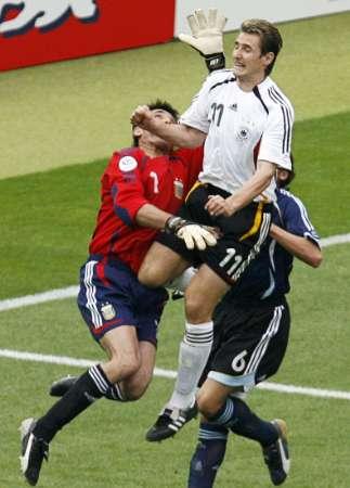 图文:德国5-3胜阿根廷 克洛斯高空争顶