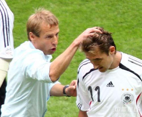 图文:德国5-3阿根廷 克林斯曼庆祝克洛斯进球