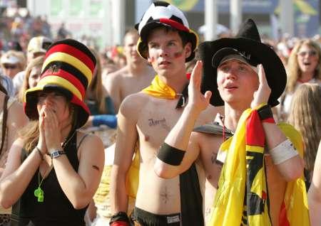 图文:德国5-3胜阿根廷 德国球迷神情紧张