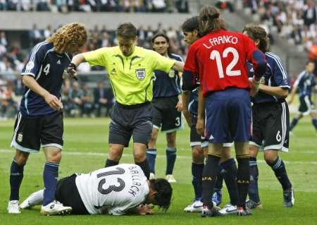 图文:德国5-3胜阿根廷 巴拉克受伤倒地