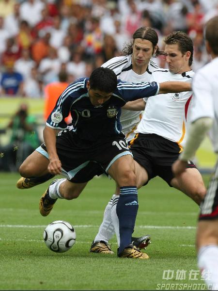 图文:德国5-3阿根廷 阿根廷队里克尔梅控球